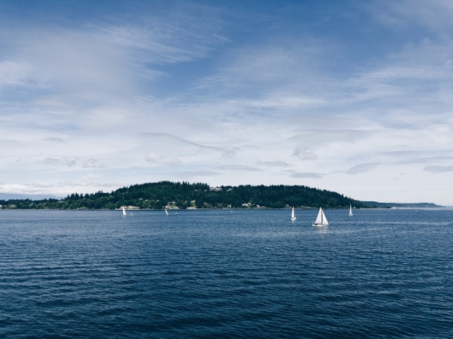 Blue skies and sail boats in the Pacific Northwest